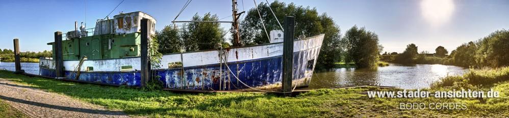 Altes Schiff an der Lühe